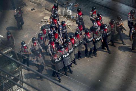 銃撃でデモ参加者18人死亡
