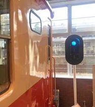 キハ52待合室で展示が始まった「色灯信号機」=糸魚川市大町1