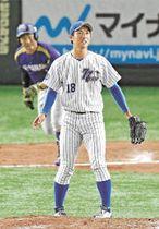 10回表ヤマハ2死二塁、矢幡(奥)に勝ち越し二塁打を許した七十七銀行・阿部