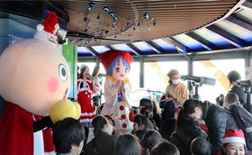展望室で童謡を合唱する子どもたち(京都市下京区・京都タワー)