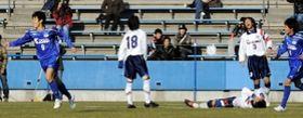 鹿児島城西の大迫勇也(9)にゴールを決められ、無念の表情を見せる滝川第二の選手ら=2009年1月5日、ニッパツ三ツ沢球技場