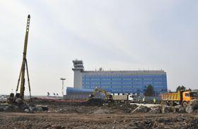国内線の新ターミナル建設が進むロシア・ハバロフスク空港=4月19日(共同)