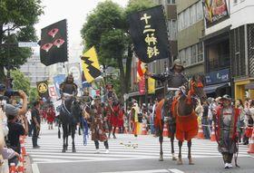 千葉市の中心部を練り歩く相馬野馬追の騎馬武者=26日午後