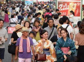 多くの人でにぎわった「まつり宮崎」=17日午後、宮崎市・高千穂通り