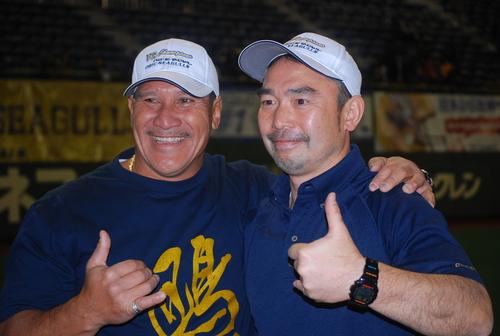 ライスボウルで3連覇を達成したオービックの大橋HCを祝福するスタントHC=1月3日、東京ドーム