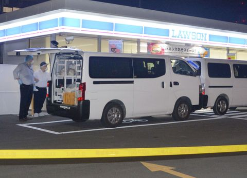 人が刺されたと通報があったコンビニ「ローソン宇都宮陽東四丁目店」=12日午後7時53分、宇都宮市