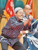 どじょうすくい踊りを熱演する出場者=安来市飯島町、市総合文化ホール
