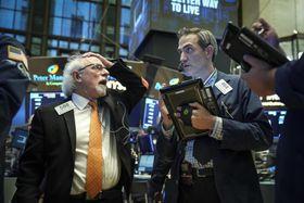 ニューヨーク証券取引所のトレーダーたち=12日(ゲッティ=共同)