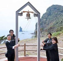 「未来をつむぐ幸せの鐘」の完成を喜ぶプロジェクトメンバー=枕崎市の火之神公園