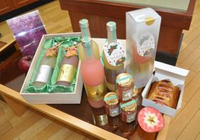 15日から限定販売が始まる「フェアリーピンク」シリーズ商品=13日、五戸町