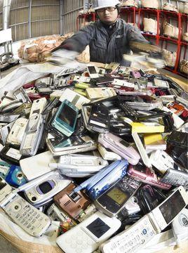 工場に集められた携帯電話