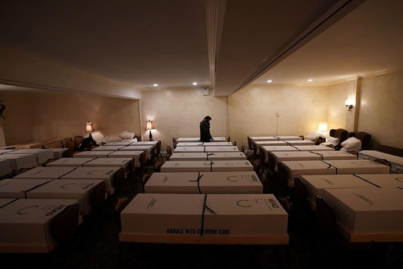新型コロナウイルス感染が拡大する米ニューヨーク市で、ひつぎが並べられた葬儀場=4月(ロイター=共同)