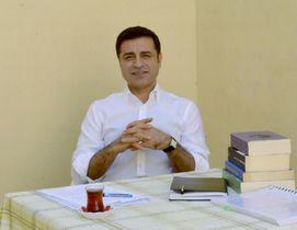 拘束下で撮影されたトルコ野党、国民民主主義党のデミルタシュ前共同党首の近影(HDP提供・共同)