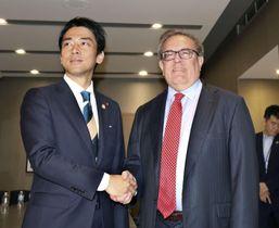 会談前に握手する小泉環境相(左)とウィーラー米環境保護局長官=23日、ニューヨーク(共同)