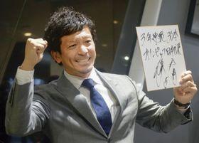 契約更改交渉を終え、目標を書いた色紙を手にポーズをとるソフトバンク・松田宣=23日、ヤフオクドーム