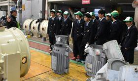 電気設備の保全作業などを見学する延岡工業高の生徒ら