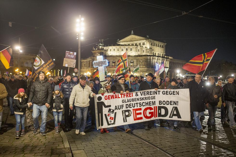 ドイツ東部ドレスデンで行われた反イスラム団体「西洋のイスラム化に反対する愛国的な欧州人(PEGIDA)」のデモ。近くではPEGIDAに反対する人たちが気勢を上げていた(撮影Hans-Jürgen Burkard、共同)=2016年11月
