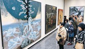 大作を鑑賞する来場者=金沢市の石川県立美術館