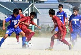 2回戦・致遠館-唐津工 後半、激しくボールを奪い合う両チームの選手たち=佐賀市の致遠館高グラウンド
