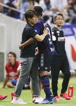G大阪―FC東京 前半、先制ゴールを決めたファビオ(手前右)を祝福するG大阪・宮本監督=パナスタ