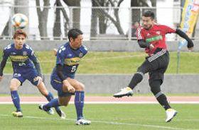 21日の沖縄SVとの練習試合1回目4分、シュートを放つ仙台・阿部(右)