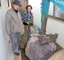 安山岩の設置作業を見守る(左から)桑田龍三館長と斎藤晴子さん
