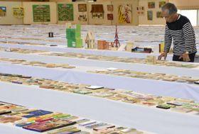 8201点が並べられた会場で始まった全国かまぼこ板の絵展覧会の1次審査
