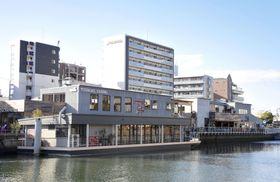河川に浮かぶ複合商業施設「タグボート大正」=18日、大阪市内