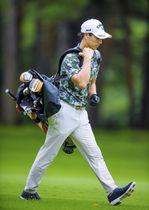 第1日、自らゴルフバッグを担いでプレーする石川遼=取手国際GC、(C)JGTO/JGTOimages