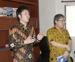 セミナーで講演する岩手県釜石市オープンシティ推進室の石井重成室長(左)=11日、インドネシア中スラウェシ州パル(共同)