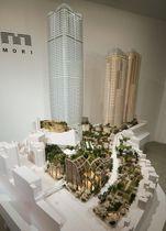 森ビルが建設を予定している超高層ビル(左)の模型=22日午前、東京都港区