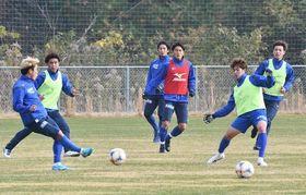 J1参入プレーオフ決定戦に向けて練習する徳島ヴォルティスの選手たち=12日、板野町の徳島スポーツヴィレッジ
