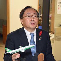 エバー航空機の模型を手に、青森-台北線の運航スケジュールを公表する三村知事=県庁
