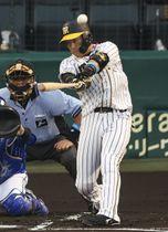 1回阪神1死、大山が左越えに本塁打を放つ=甲子園