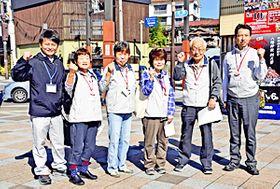 「飯坂温泉まちあるき」への参加を呼び掛けるボランティアガイドら