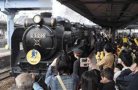 JR新山口駅を出発するSLやまぐち号=23日午前