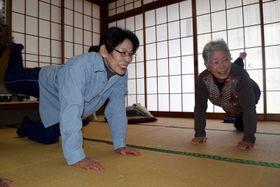 週1回の運動教室で筋力トレーニングに励む市民。健康増進を目指す仲間との交流の場にもなっている