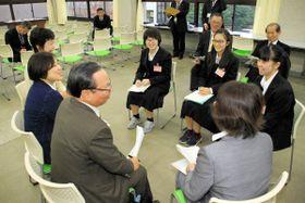 移住・定住促進などをテーマに話し合う市議会議員と高校生=高松市桜町、高松一高