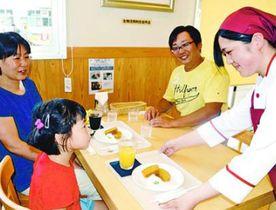 家族連れに手作りのスイーツセットを提供する生徒(右)=吉野川市鴨島町の吉野川高校
