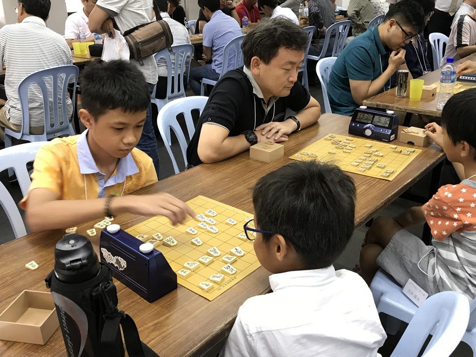 将棋を始めて2カ月の俊延君(左端)