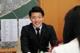 尼崎市の稲村和美市長を訪問した、オランダ1部リーグで活躍するサッカーの堂安律選手=尼崎市役所