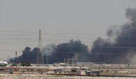 攻撃されて煙を上げるサウジアラビアの石油施設