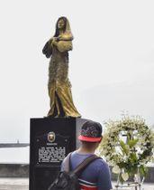 設置された直後の従軍慰安婦問題を象徴する女性像=2017年12月、マニラ(共同)