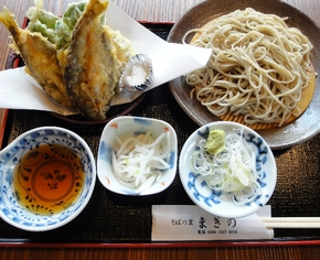 香り豊かなそばと天然アユの天ぷらがおいしい「鮎天ぷらそば」