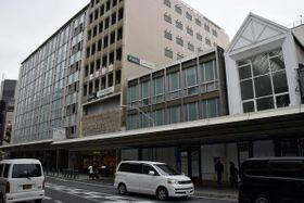 京都高島屋(奥)は手前の建物を取り壊し、売り場面積を増やす=京都市下京区