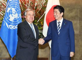 国連のグテレス事務総長(左)と握手する安倍首相=14日午前、首相官邸