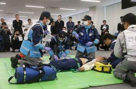 傷病者役に救命処置を施す救急救命士ら
