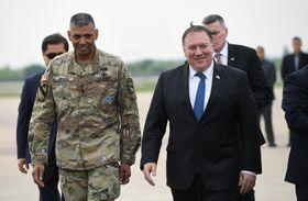 韓国・烏山の米空軍基地に到着したポンペオ国務長官(右)=13日(ロイター=共同)