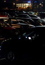 熊本地震発生から半月後も並ぶ車中泊の車=2016年4月29日夜、益城町のグランメッセ熊本(大倉尚隆)
