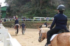 家族らが見守る中で乗馬を発表する卒業生たち=長崎市、ながさきゆうゆう牧場ホーシーセンター